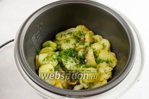 За 15 минут до окончания приготовления блюда, открыть крышку, перемешать картофель с грибами. Добавить нарезанный укроп. Закрыть крышку.