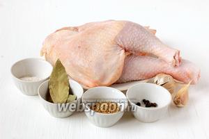 Для приготовления курицы тушёной в мультиварке нам понадобится курица или любые составляющие части курицы (бедра голени, крылышки, окорочка, грудки. Использовать они лишь грудки для этого рецепта не рекомендуется — мясо выйдет слишком сухим), приправа для курицы, соль, чеснок, перец горошком, лавровый лист.