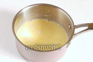 Влить желтковую смесь в ковшик с молоком.
