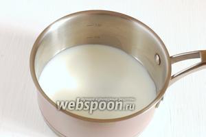 Молоко довести до кипения с сахаром.