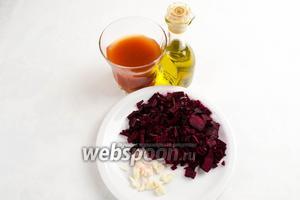Тем временем готовим заправку для борща. Для этого нужно взять оливковое масло,  томатный сок , свёклу нашинковать тонким коротким бруском, чеснок нарубить мелко.