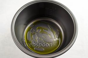 На дно чаши мультиварки (у меня мультиварка Panasonic) налить  2 ст. л. оливкового масла.