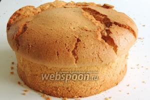 Затем аккуратно кулинарным шпателем отделим бисквит от стен формы и освободим из неё. Если бисквит будет основой торта, тогда ему надо отдохнуть не менее 5 часов, а лучше ночь, и с ним будет легче работать дальше. Если бисквит приготовлен, как самостоятельный кекс к чаю, то всем приятного аппетита!