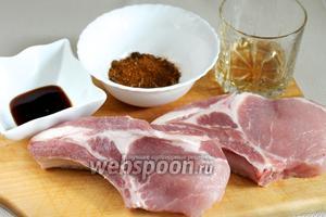 Для приготовления пряной свинины в маринаде возьмём 2 куска свинины на косточке (антрекота), соевый соус, яблочный уксус, мёд, пряности для плова.