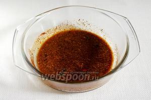 В глубокой миске делаем маринад: смешиваем уксус, мёд и соевый соус, добавляем пряности и хорошо перемешиваем.