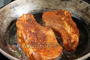 Обжариваем на разогретой толстостенной сковороде, слегка смазанной растительным маслом с двух сторон, по 5 минут с каждой стороны.