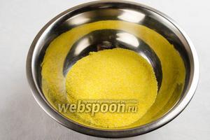 Кукурузную крупу (у меня мелкого помола) насыпать в глубокую посуду.