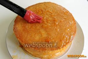 Бока и верх торта обмазываем подогретым конфитюром. Дадим подсохнуть.