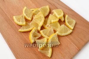 Лимон режем кружками и каждый разрезаем на 4 части.