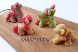 Принцип понятен — так же лепим и других пони, после чего ими можно украсить торт к восторгу маленьких именинников. Если фигурки слеплены заранее, храним их в контейнере в холодильнике до времени использования.