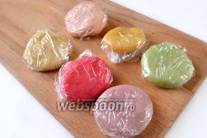 Окрашиваем весь марципан в разные цвета и заворачиваем кусочки в упаковочную плёнку. Если во время лепки марципан начнет липнуть к рукам или доске, нужно подмешать чуть-чуть сахарной пудры или подержать марципан в холодильнике.