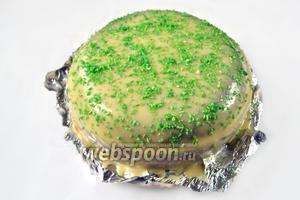 Посыпаем поверхность торта зеленой кокосовой стружкой.