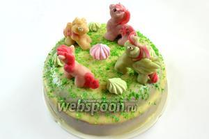 Устанавливаем на поверхности торта заранее вылепленные  фигурки пони из марципана . Добавляем в качестве украшений разноцветное мелкое безе. Даём торту застыть и можем поздравлять ребенка с праздником.