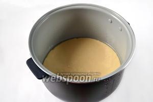 Для выпечки коржа была использована мультиварка Поларис. Устанавливаем режим «Выпечка» на 1 час. С помощью корзинки для варки на пару корж извлекаем и для получения румяной корочки с верхней стороны переворачиваем и допекаем 10 минут при температуре 120 градусов на Мультиповаре.