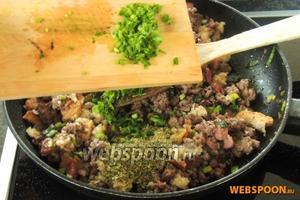 Выключаем огонь, добавим подготовленный хлеб. Приправим майораном и петрушкой, солью и перцем по вкусу.