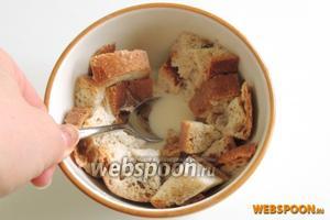 Хлеб режем на малые куски и заливаем 100 мл молока. Отставим в сторону, чтоб молоко впиталось.
