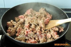 На разогретой сковороде с малым колличеством масла обжарим фарш 2-3 минуты.