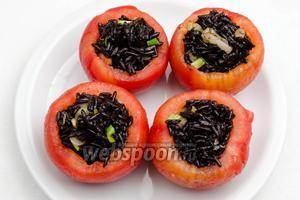Подготовленные дольки помидоров наполнить начинкой.