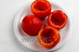 Очистить кожуру. Срезать верхушку помидора. Вырезать мякоть, не нарушив целостность. Перевернуть дольки помидоров, чтобы стек лишний сок.