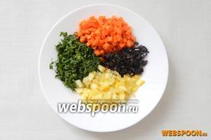 Морковь, оливки, половину лимона нарезаем кубиками, измельчаем петрушку.