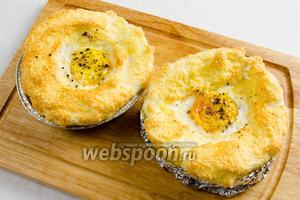 Аккуратно вынуть готовую яичницу.