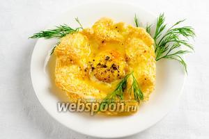 Переложить яичницу на тарелку. Полить растопленным горячим сливочным маслом. Посыпать зеленью. Подавать горячей к завтраку.