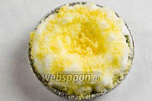 Посыпать белок тёртым сыром. (Можно сыр натереть крупно, думаю, что так будет интереснее, насыпать его больше). Сделать в центре небольшое углубление для желтка.