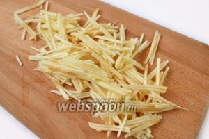Очищаем яблоки, удаляем семена, натираем на корейской тёрке или режем соломкой, сбрызгиваем соком лимона, чтобы не потемнели.