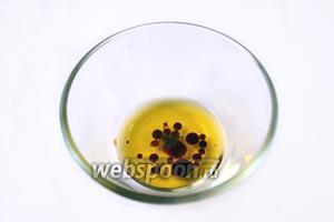 Оливковое масло и бальзамический уксус взбиваем вилкой, добавив свежемолотый перец.