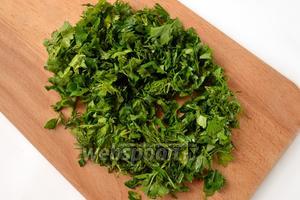 Зелень укропа и петрушки мелко шинкуем.