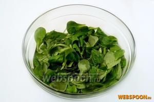 Корн перебираем, удаляем корешки и поврежденные листья, кладём в холодную воду с добавлением уксуса, вымачиваем 10 минут и обсушиваем.