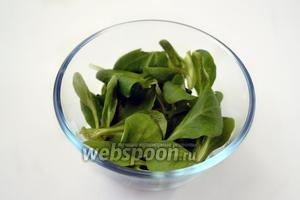 Кладём корн в порционные салатники или креманки.