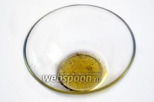 Взбиваем до состояния эмульсии арахисовое масло с лимонным соком и перцем. Перец лучше использовать свежемолотый.