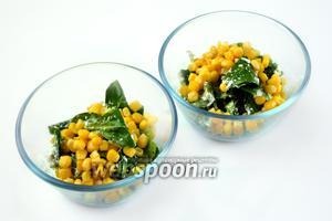 Кладём в салатники кукурузу, с которой предварительно отцедили жидкость. Не перемешиваем, а всего лишь пошевеливаем слои вилкой. Это предохраняет салат от быстрого обмякания и сокоотделения.