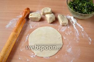 Делим тесто на 6 частей, каждую раскатываем в тоненький круг толщиной 1-2 мм и размером с блюдце.