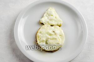 Белки посолить и поджарить их на оливковом масле. Использовать можно любые формы (круглую, треугольную), а можно и без формы.