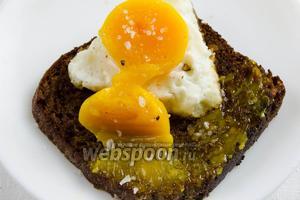 Разрезать желток пополам. Тонким слоем смазать тосты густо посыпать морской солью и свежемолотым душистым перцем. Подавать на закуску.
