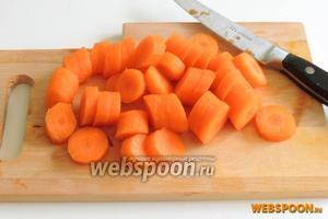 Очистим морковь и нарежем кружками размером около 1 см.