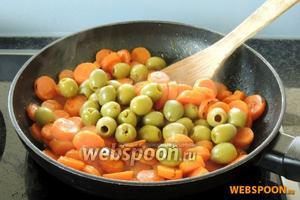 Морковь убираем с огня. Солим проправляем и добавляем маслины. Перемешаем.