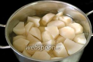 Отвариваем очищенный картофель в подсоленной воде.