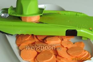 Картофель очистим от кожуры и нашинкуем тонко, толщина колец около 1-2 мм.