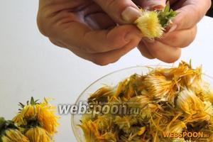 Одуванчики отрусим, чтоб не попались насекомые в мёд, но не моем. Жёлтые листики вытащим, а зелёные оставим, они непригодны, так как дают горечь.
