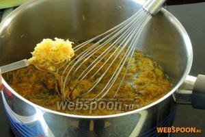 В кипящую воду закинем жёлтые листики и цедру от половины лимона. Проварим 7 минут на среднем огне. Уберём кастрюлю в сторону и накроем крышкой. Дадим настояться не менее 12 часов.