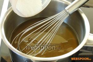 Вернём жидкость в кастрюлю и добавим сахар. Закипятим.