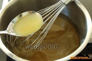 Выжмем весь сок из лимона и добавим в жидкость, около 2 ст.л.