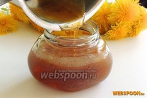 Кипящим заливаем мёд в подогретые чистые и сухие баночки. Сразу закрываем крышками.