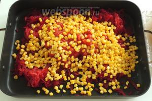 Затем кукурузу так же кладём сверху.