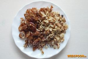 Нарубите орехи, и очищенные от косточек финики.