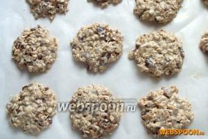 Столовой ложкой выложите овсяную массу на пекарскую бумагу и отправьте печенья в разогретую духовку примерно на 15-20 минут.