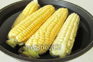 Очистите кукурузу от листьев и волосков. Залейте холодной водой, чтобы вода полностью покрыла початки и поставьте варить. Кукуруза при этом всплывает на поверхность. Накройте её крышкой. Можно добавить чайную ложку соли, чтобы кукуруза не была такой уж сильно сладкой. Варите час, не бойтесь, не переварите!